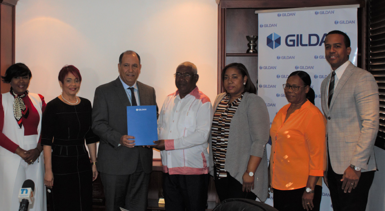 Ejecutivos de Gildan entregan donativo a Fundación Casa de Luz